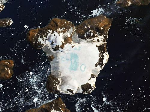 See how the Antarctica heat wave turned ice and snow into puddles at a shocking rate