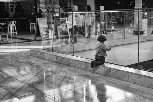 A small child is watching the people rushing at a shopping c... via Jukka Heinovirta