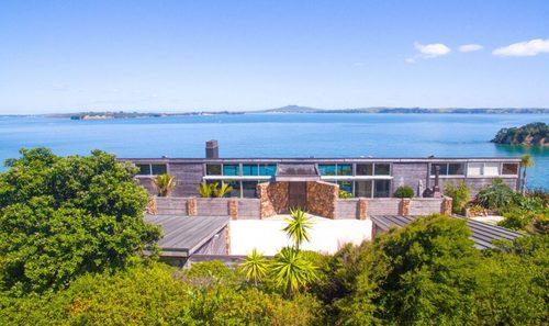 Close to the city of Auckland is an idyllic island paradise ... via MaryJMarcus