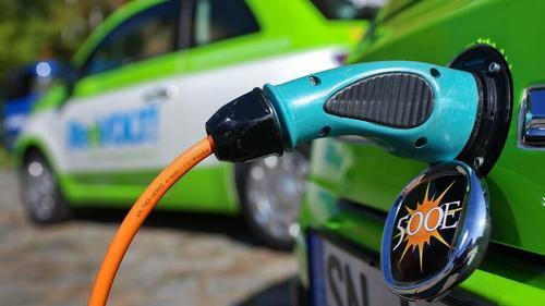 Elektromobilität, Auto aufladen und Bälle schlagen via Golf Lounge
