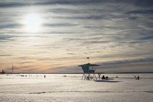 The life guard's hut is standing in guard while people are e... via Jukka Heinovirta