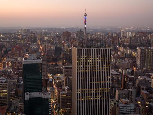 My first attempt at an evening cityscape. via Lucia Hewitt