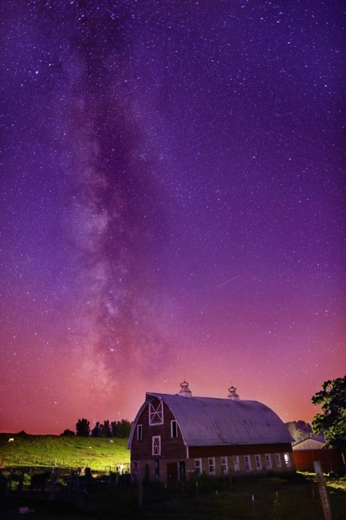 Milky way stretching over an old barn in the country. #astro... via Reid Collins
